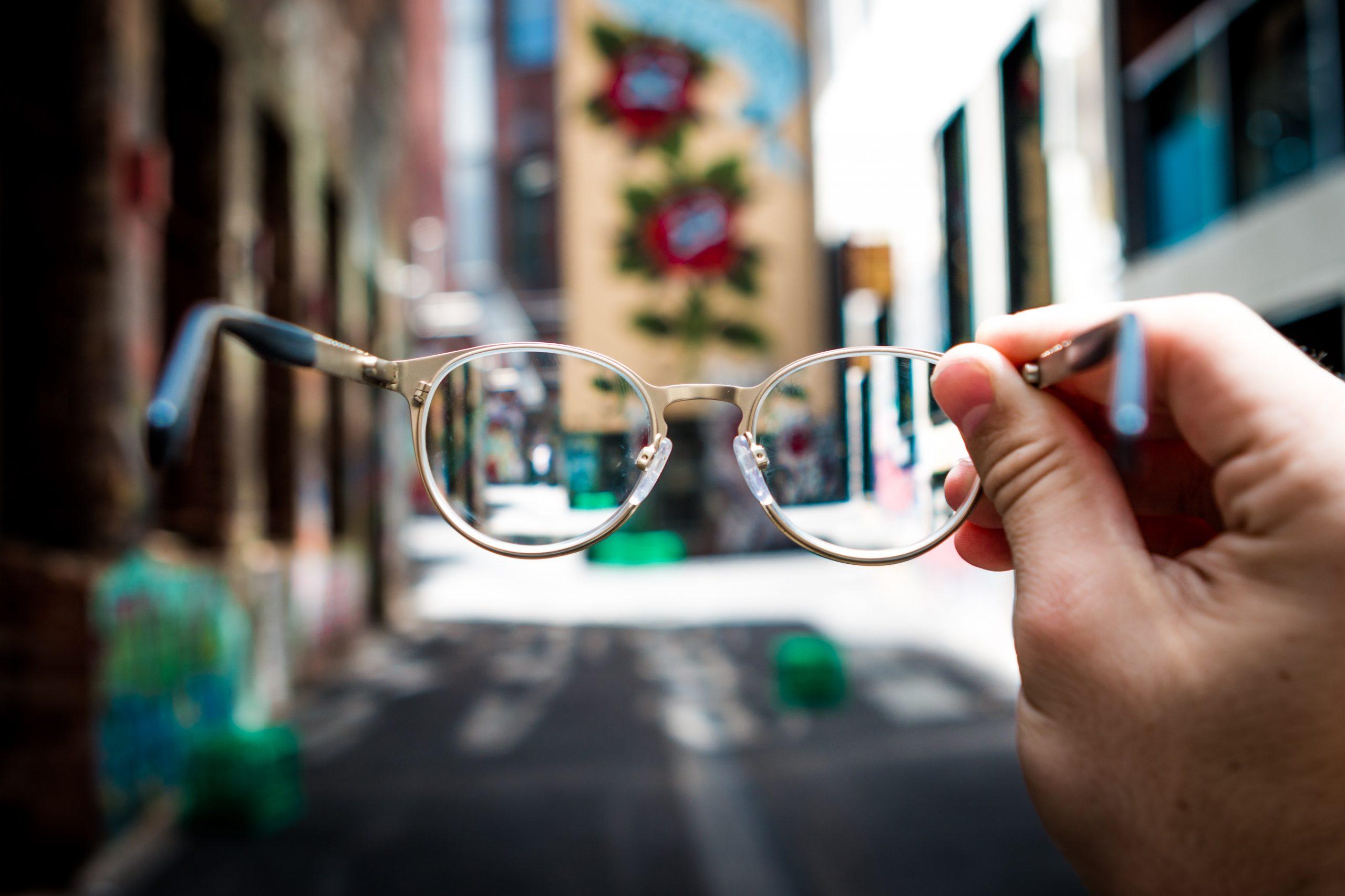 kijk door een bril en zie verscherpt beeld van de stad