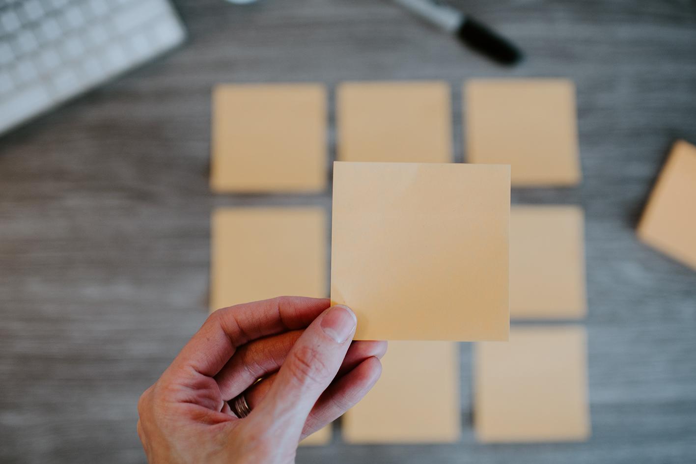 post-it's die worden gebruikt voor een brainstorm