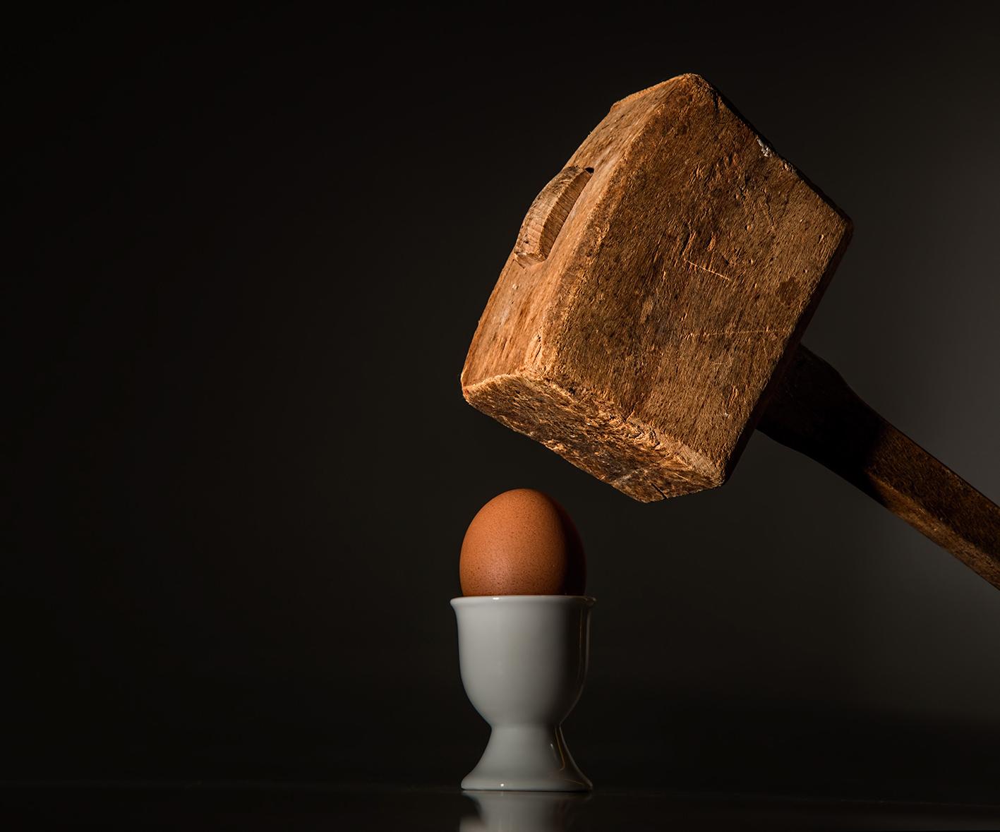sloophamer boven een gekookt eitje