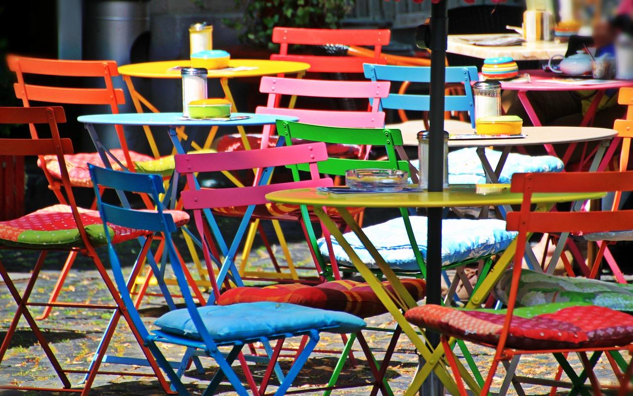 Leeg terras op straat met veelkleurige klapstoelen