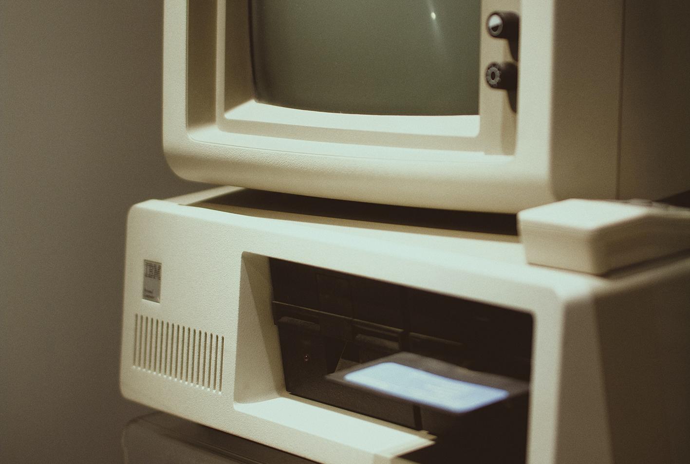 Vintage computer met floppydisk