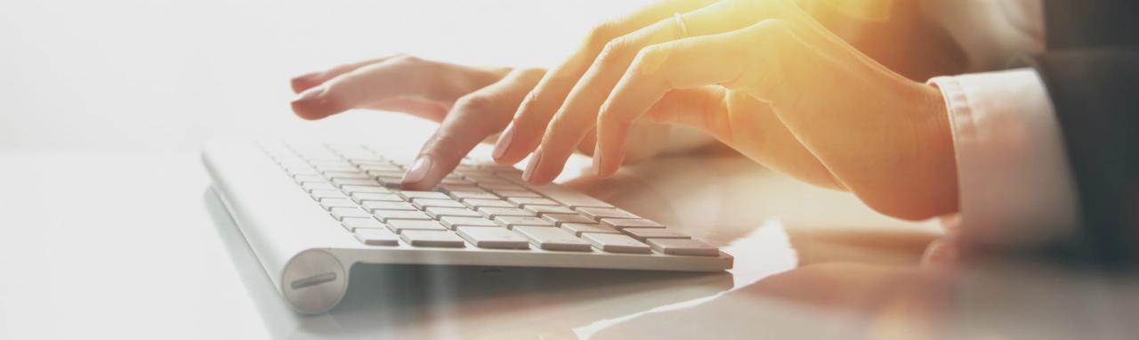 close-up van iemand die op een toetsenbord typt
